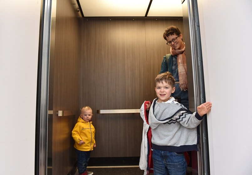 11ericka-stephens-rennie-jacob-and-ezra-in-the-elevator-at-vancouver-cohousing-photo-dan-toulgoet